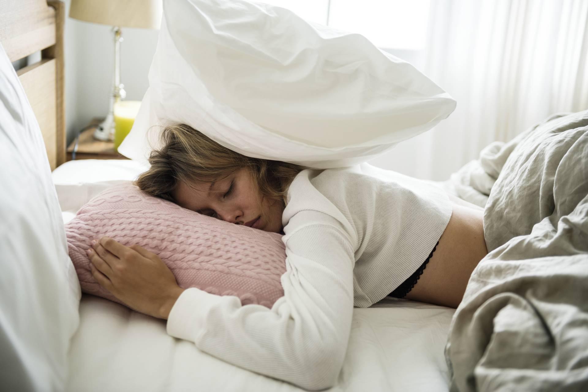 Sennik zdrada śpiąca kobieta